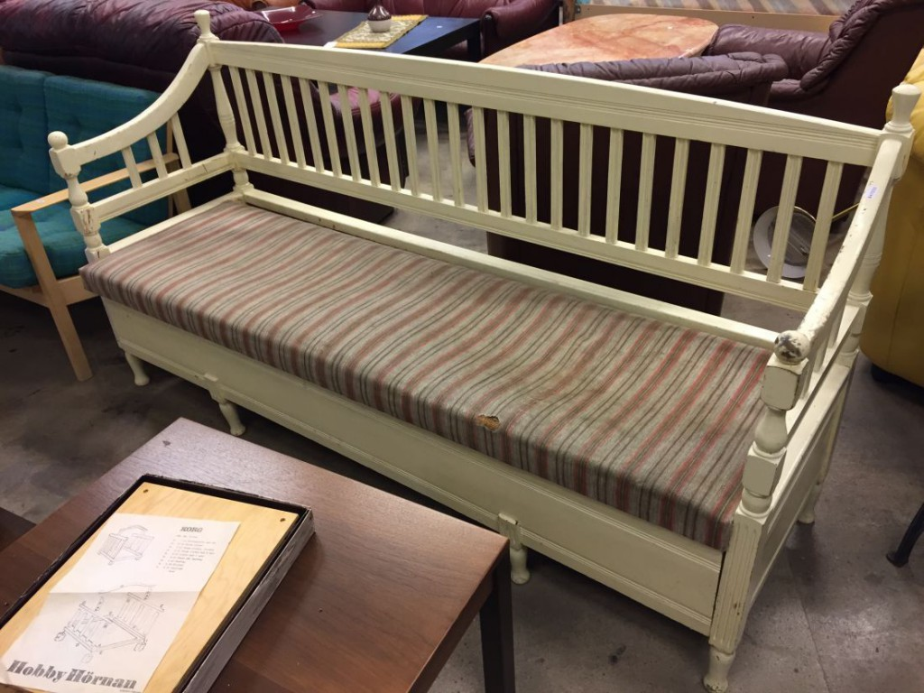 Vrigstad Antikcenter » Swedish country sofa bench in painted